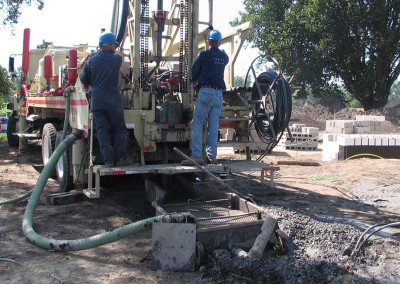 Loop field drilling in close proximity to the building site of a geothermal exchange unit